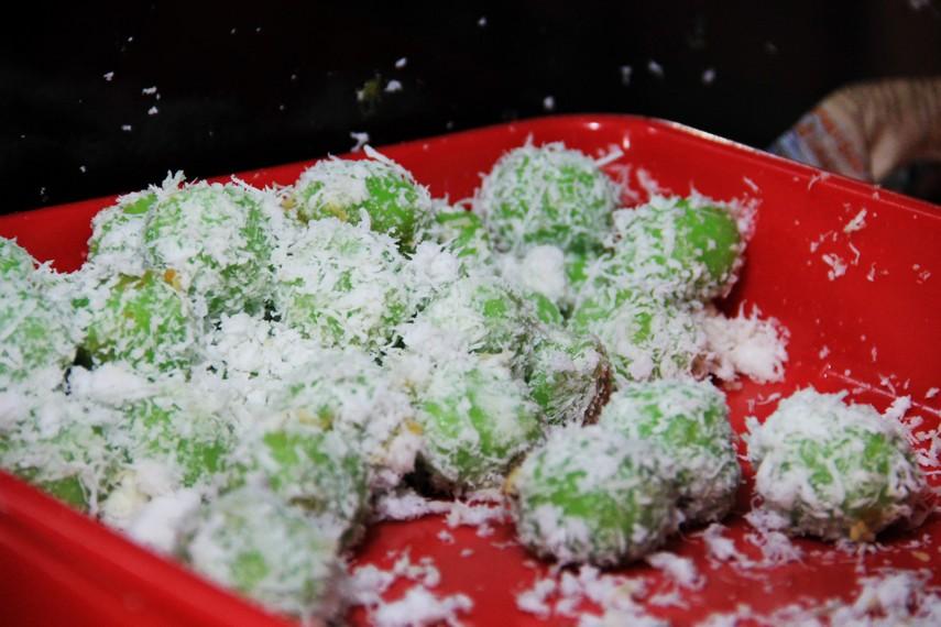 Kue kelepon salah satu kue tradisional dapat ditemukan di Pasar Ceplak