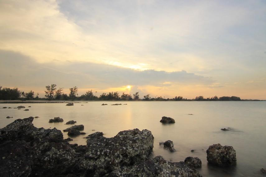 Menyaksikan matahari terbenam di Pantai Pasir Padi menjadi hal yang menyenangkan ketika berada di sini