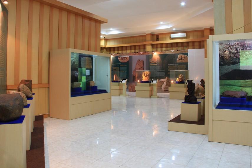 Museum Sriwijaya menyimpan berbagai benda peninggalan Kerajaan Sriwijaya berupa artefak, seperti prasasti, arca, keramik, hingga pecahan kapal dan kemudinya