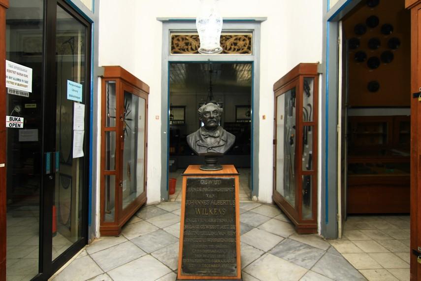 Patung Johannes Albertus Wilkens, ahli bahasa dari Belanda yang membuat kamus bahasa Jawa-Belanda