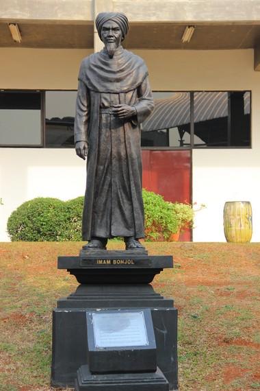 Patung Tuanku Imam Bonjol yang berdiri kokoh di salah satu halaman museum menjadi salah satu hal menarik di Museum Bank Mandiri