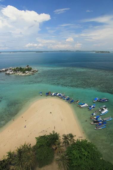 Pemandangan kapal-kapal yang berderet di Pulau Lengkuas terlihat menarik saat berada di puncak  mercusuar