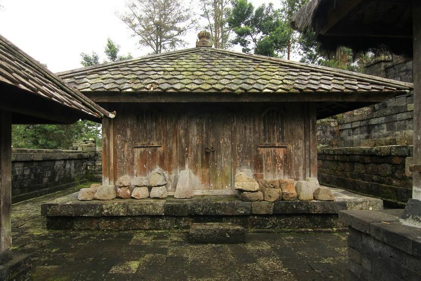Pendapa yang terdapat di teras kelima dan keenam sering dijadikan tempat upacara keagamaan