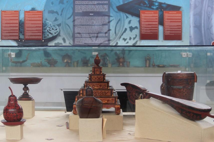 Pengunjung juga akan menemukan koleksi lain berupa berbagai kerajinan seni ukir Palembang di Museum Balaputera Dewa