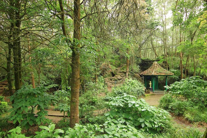 Pertapaan Mandalasari ada di Kawasan Wisata Alam Telaga Warna. Tempat ini buka dari jam 06.00 hingga 18.00 WIB dengan tiket Rp6.000 per orang