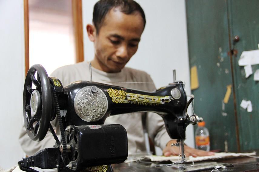 Proses pembuatan kerajinan akar wangi di salah satu sentra kerajinan di Garut