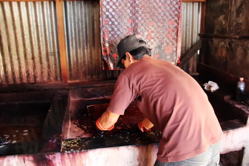 Proses pewarnaan batik garutan masih dilakukan dengan metode tradisional
