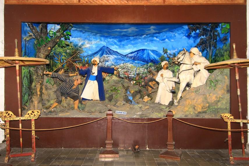 Relief yang mengisahkan perjuangan Pangeran Diponegoro melawan penjajah Belanda menjadi koleksi di Ruang Kuda Berburu