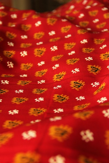 Salah satu ciri khas kain cual adalah memiliki warna-warna yang terang dan cerah