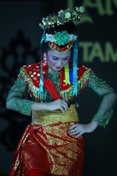Sebagai pelengkap, penari beruji doll mengenakan kain songket di bagian bawah