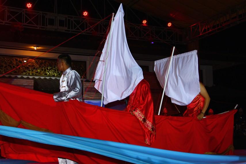 Selain settingan panggung, hadirnya perahu layar membuat para penonton seolah masuk dalam konflik yang sedang dihadirkan