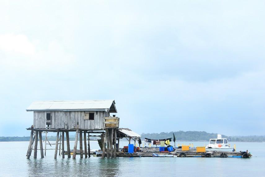 Tambak ikan kerapu milik nelayan yang berada di tengah pulau menjadi pemandangan menarik ketika berada di Pulau Burung