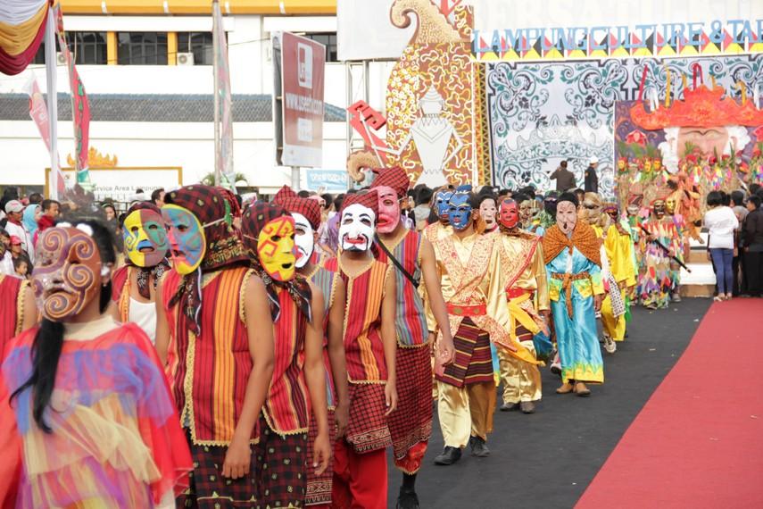 Tradisi sekurai yakni pesta topeng yang biasa diadakan pada saat Idul Fitri