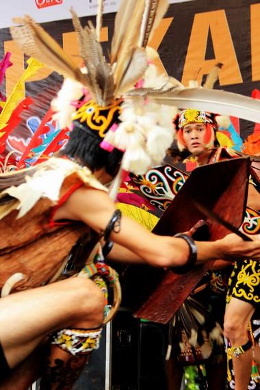 Walau para penari pepatay menggunakan mandau asli, tapi gerakan serang mereka tidak saling melukai
