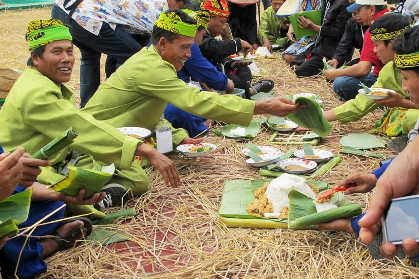 Makan bersama menjadi wujud rasa syukur warga dalam tradisi kebo-keboan