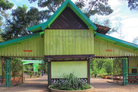 Hutan Wisata Punti Kayu memiliki keanekaragaman hayati dan merupakan satu-satunya hutan di Indonesia yang letaknya berada tepat di tengah-tengah kota