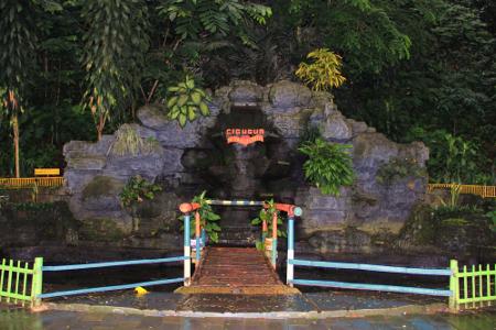 Jembatan cinta yang dipercaya masyarakat setempat memiliki aura mistis