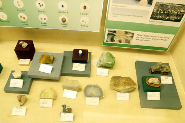 Salah satu sudut Museum Geologi yang menyajikan beraneka jenis kristal dari alam