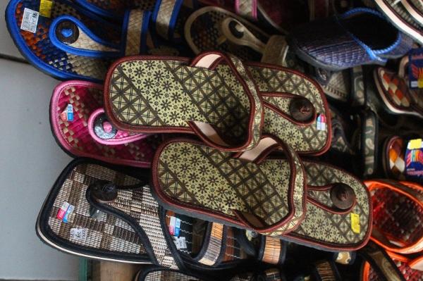Aneka sandal bermotif batik yang ada di Sentra Kerajinan Rajapolah