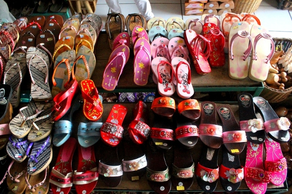 Berbagai jenis sandal dan kelom geulis khas Tasikmalaya