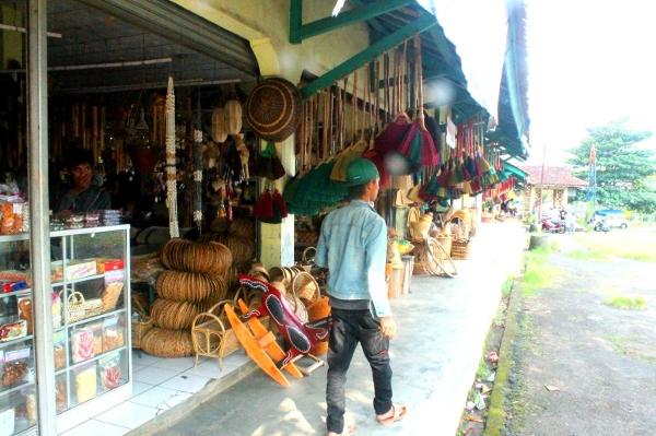 Deretan kios kerajinan di sepanjang jalan Rajapolah