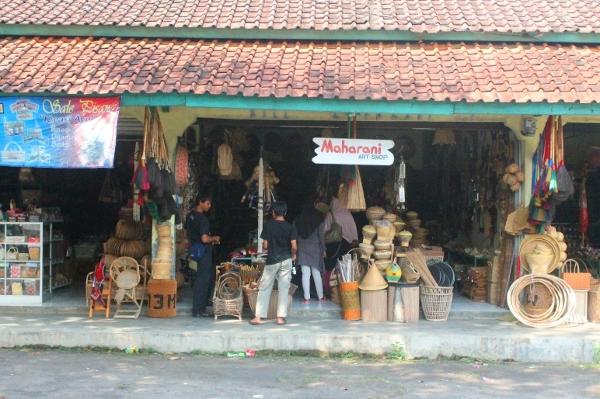 Kios-kios Rajapolah menyediakan aneka jenis produk untuk oleh-oleh