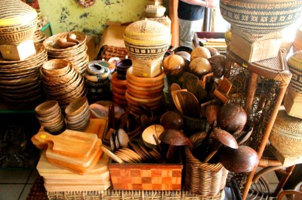 Perabotan rumah tangga tradisional dari kayu dan bambu