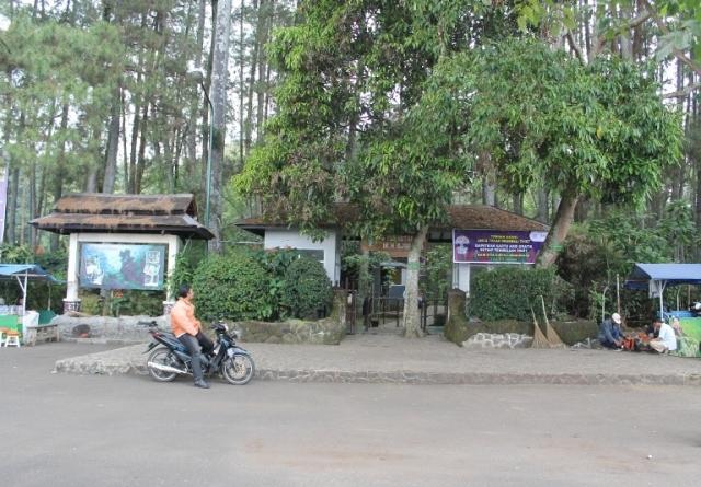 Pelataran parkir menuju kawasan Taman Hutan Raya Djuanda