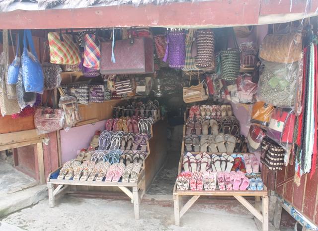 Aneka souvenir yang ditawarkan disekitar Gunung Tangkuban Perahu