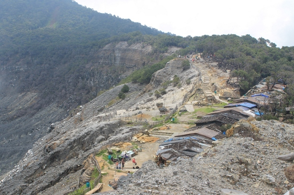 Jalur setapak menuju kawah upas dan kawasan pelana kuda yang memisahkan kawah upas dan kawah ratu