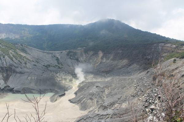 Kawah ratu di puncak Gunung Tangkuban Perahu, menyimpan keindahan alam yang eksotis