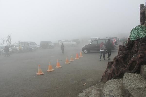 Saat cuaca kurang baik, kabut tebal cukup membatasi pandangan kita