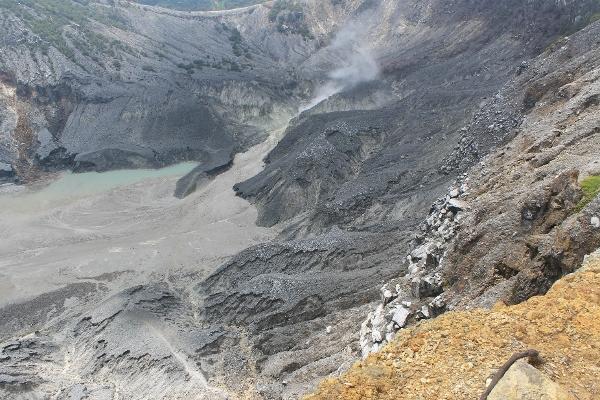 Tebing yang curam serta gas beracun di kawah ratu dan kawah upas menyebabkan kedua kawah ini tidak dapat dituruni