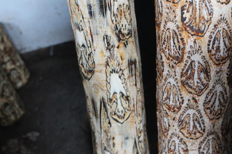 Kayu Batik yang masih mentah dan belum dibentuk memiliki motif berulang di dalamnya