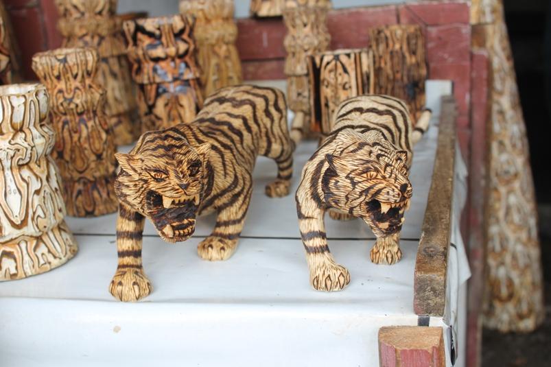 Beraneka bentuk kerajinan dari kayu batik