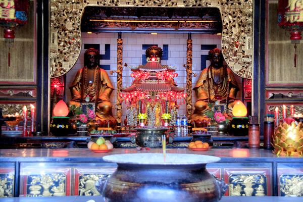 Berbagai patung dewa dalam kepercayaan Budha