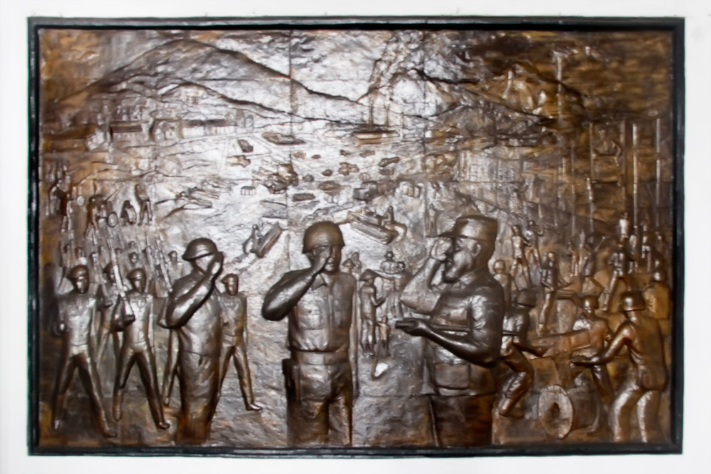 Ukiran perjuangan TNI tertempel disalah satu dinding Museum Mandala Bhakti