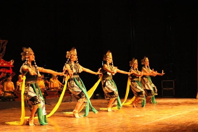 Tari Kandagan dibawakan oleh satu atau lebih penari wanita dengan gerak tari yang enerjik