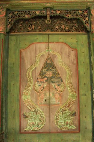 Pintu dengan Ukiran Wayang dan Ular Naga