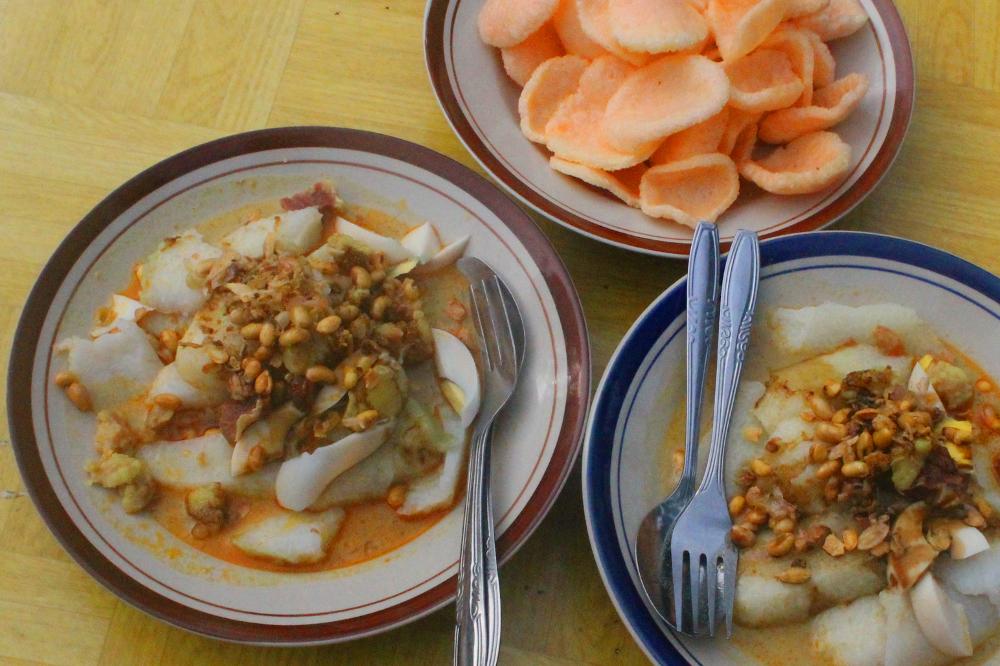 Ditemani irisan telur rebus, taburan kacang kedelai dan kerupuk, membuat kenikmatan Lontong Kari semakin sempurna