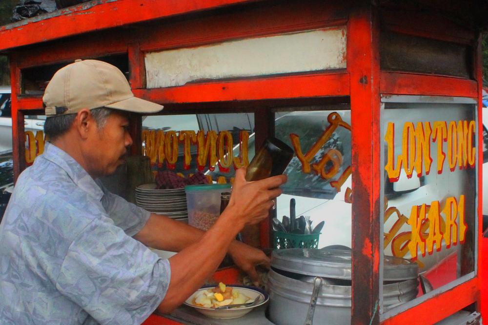 Lontong Kari mudah ditemui di sekeliling kota Bandung sebagai salah satu menu sarapan yang khas