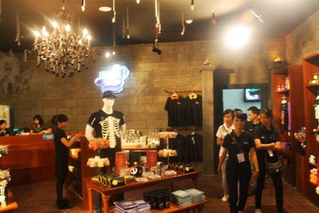 Pengunjung juga bisa membeli aneka suvenir Trans Studio Store