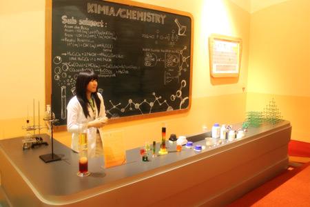 Pengunjung bisa menambah wawasan pengetahuan yang terdapat di Science Center