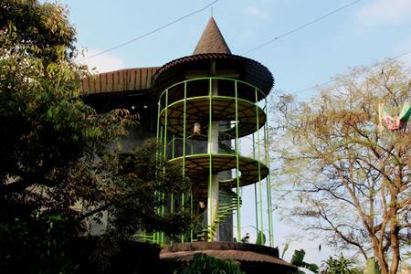 Dari menara ini pengunjung bisa menyaksikan sungai Gajah Wong dan lalu lalang di sekitar jalan Laksda Adisucipto