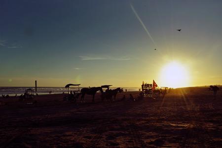 Banyak yang menyarankan, saat yang tepat berkunjung ke pantai ini adalah saat matahari terbenam