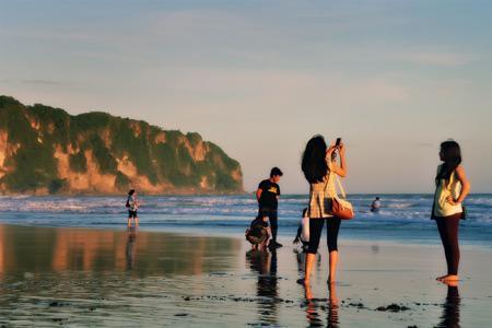 Para wisatawan banyak yang mengabadikan keindahan pantai ini