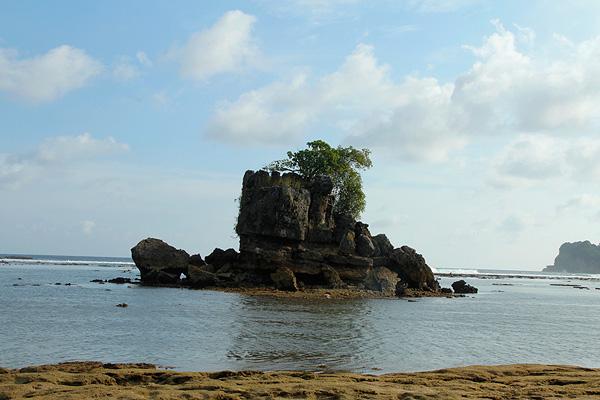 Batu karang yang kokoh menjadi salah satu ciri Pantai Kondang Merak