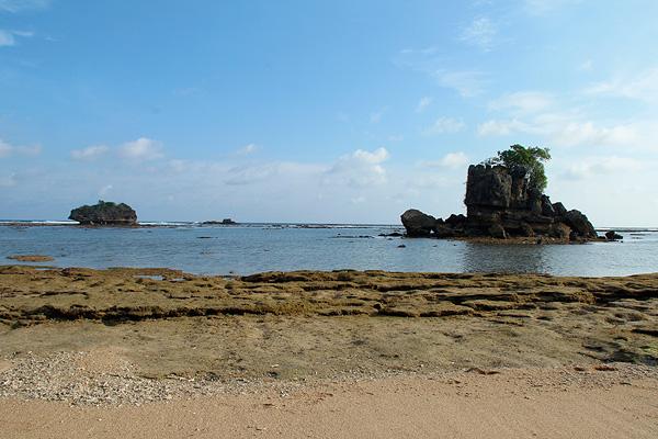 Bersantai menikmati suasana pemandangan Pantai Kondang Merak yang menyenangkan