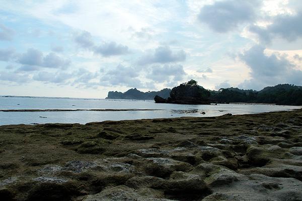 Karang-karang yang menjadi dekorasi indah di sekeliling Pantai Kondang Merak