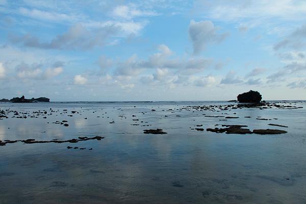 Ombak yang tenang dan hamparan pasir putih lembut dapat membuat pikiran menjadi damai